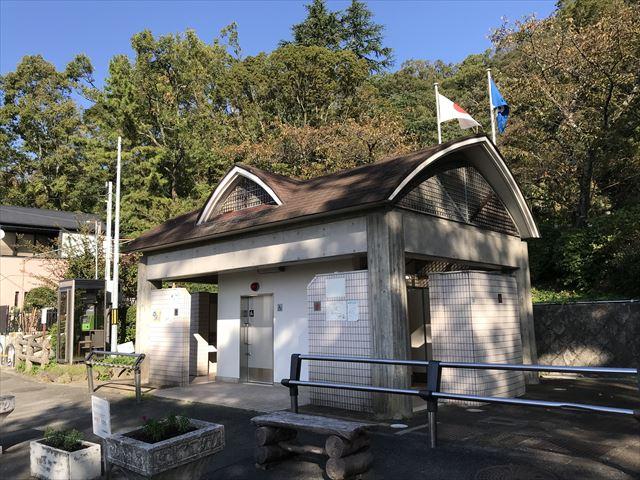枚岡公園のトイレ、駐車場付近