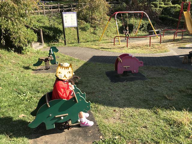 枚岡公園「ちびっこ広場」乗り物やブランコ