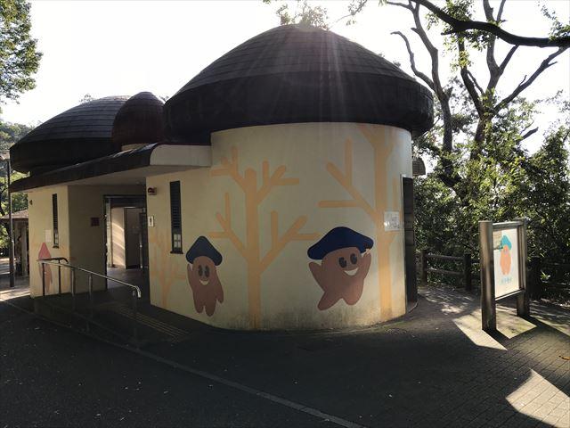 枚岡公園のトイレ、「森のおもちゃ箱」付近