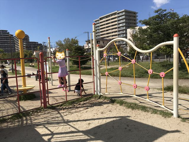 鳳公園の複合遊具「横に移動する遊具」