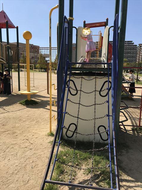 鳳公園の複合遊具「チェーンのはしご」