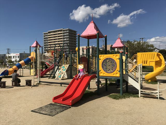 鳳公園の複合遊具「2つ横に並んでいる滑り台」