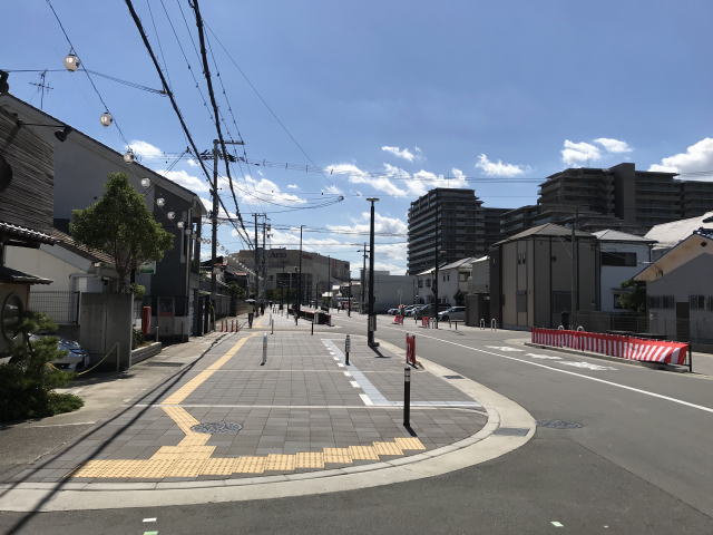 アリオ鳳に向かう道、歩道の幅が広い