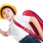 小学1年生が制服を着てランドセルを背負っている