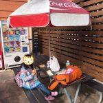 「ひらかたパーク」パラソル付きテーブル&椅子で弁当を食べる娘