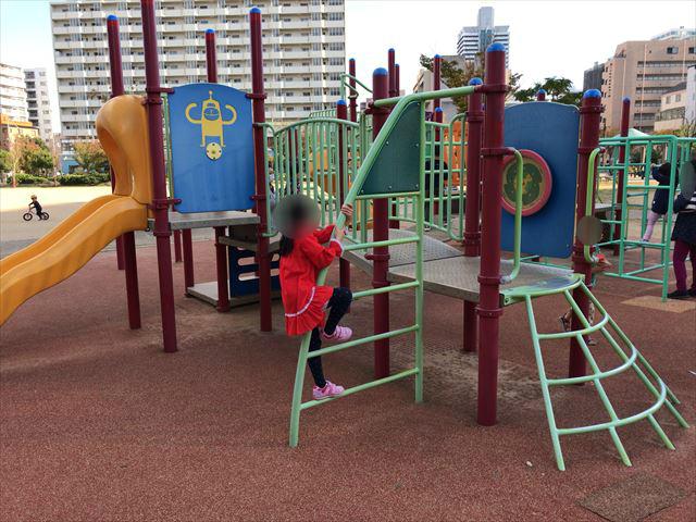 「水笠通公園」複合遊具、ハシゴで登る様子