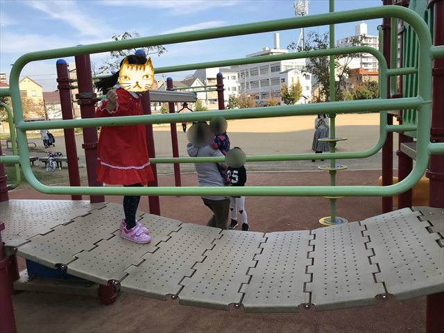 「水笠通公園」複合遊具、上下に揺れる橋