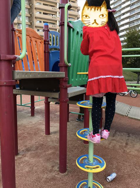 「水笠通公園」複合遊具、輪っかを上る様子