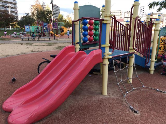 「水笠通公園」複合遊具、縄はしごと赤い滑り台