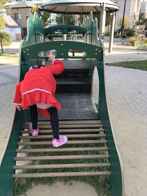 「水笠通公園」複合遊具、恐竜遊具で遊ぶ娘