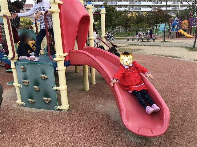 「水笠通公園」複合遊具、カーブする滑り台