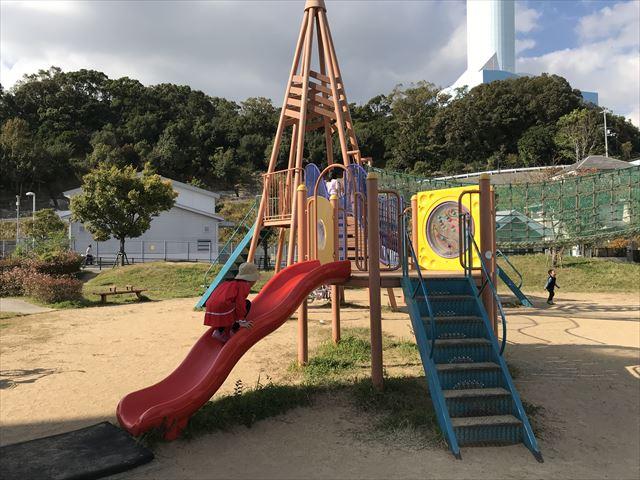 「西代蓮池公園」の複合遊具、滑り台
