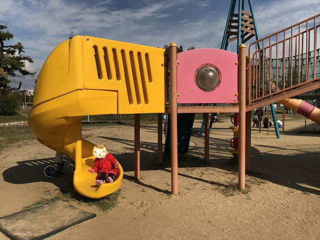 「西代蓮池公園」の複合遊具、回転滑り台