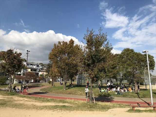 「西代蓮池公園」木陰でお弁当を食べている様子