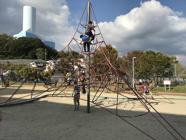 「西代蓮池公園」三角形をした縄のジャングルジム