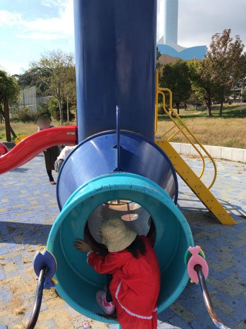 「西代蓮池公園」潜水艦の形をした遊具で遊ぶ娘