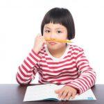 勉強が苦手で集中力を欠いている小学生の様子