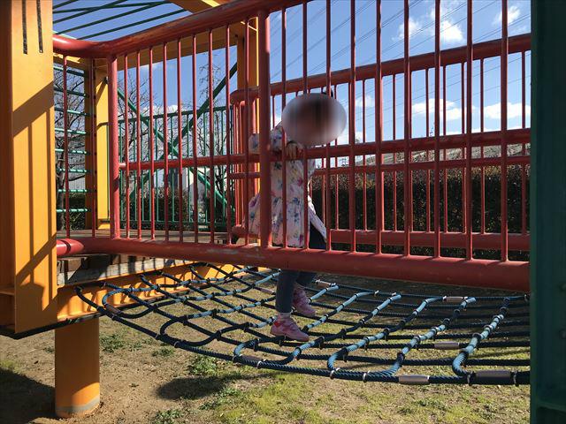 松原市「新町南公園」の大型遊具、下がネットになっている