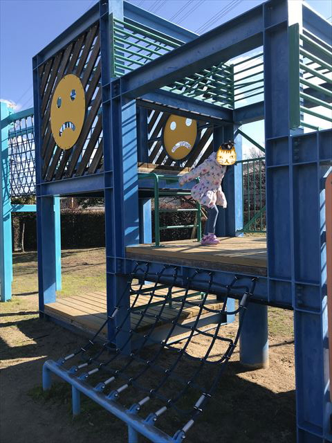 松原市「新町南公園」の大型遊具、階段と縄の梯子