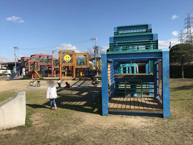 松原市「新町南公園」端から見た大型遊具