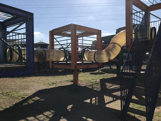 松原市「新町南公園」の大型遊具、チューブを行き来することができる
