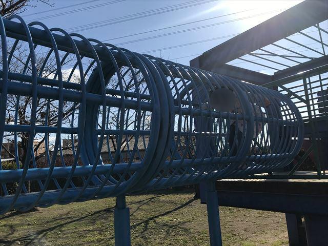 松原市「新町南公園」の大型遊具、輪の中をくぐる様子