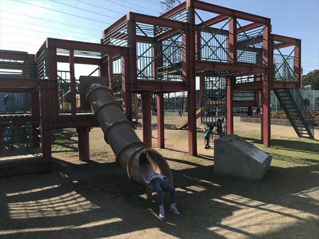 松原市「新町南公園」の大型遊具、チューブスライダーを滑る