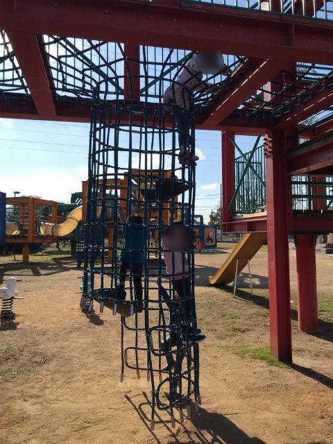 松原市「新町南公園」の大型遊具、縄の梯子を上る子供たち