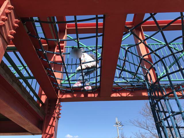 松原市「新町南公園」の大型遊具、網目状の道を歩く子供
