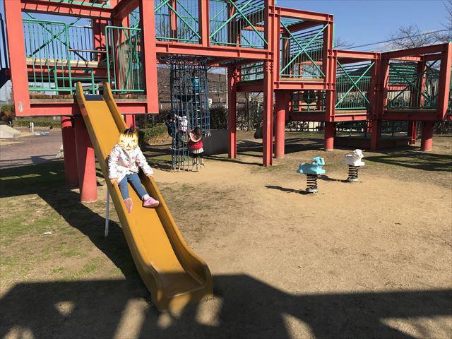 松原市「新町南公園」の大型遊具、滑り台