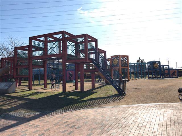 松原市「新町南公園」の大型遊具全体の様子