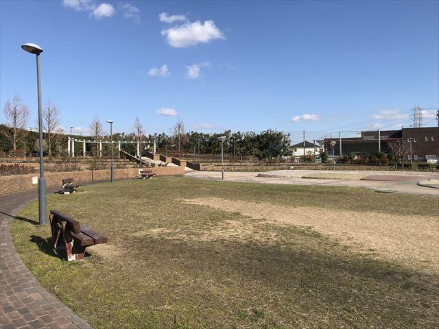 松原「新町南公園」芝生広場とベンチ