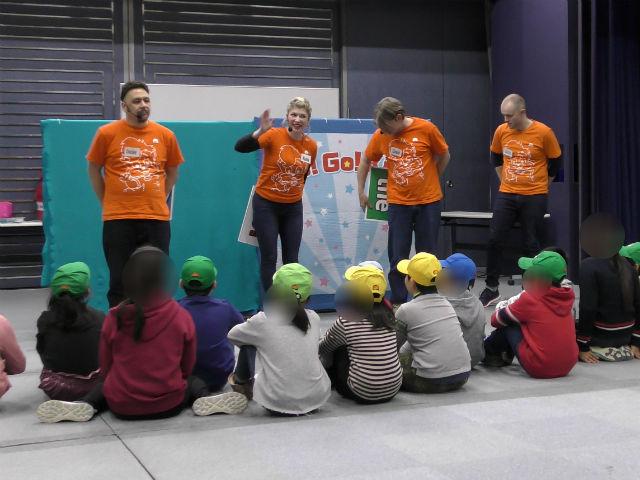wfc「Go! Go! Kids」先生が話をしているのを聞いてる子供たち