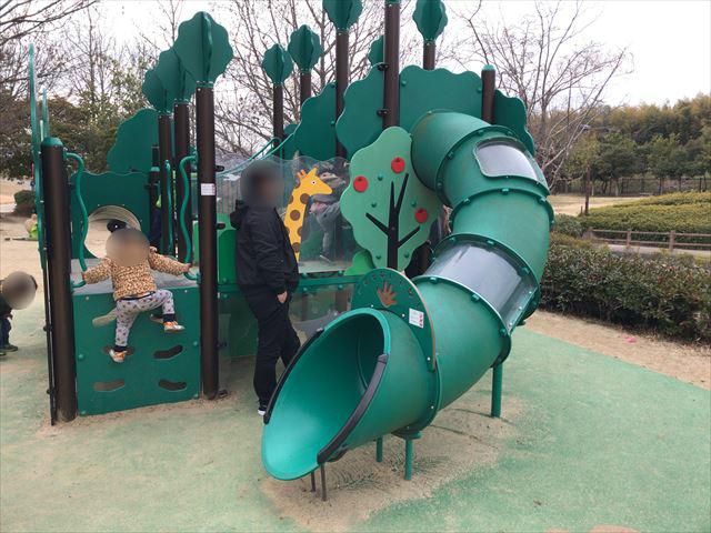 竹取公園の「花とせせらぎ広場」にあるミニ複合遊具。滑り台