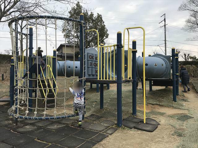 竹取公園の「学びの森」にある複合遊具、網を横に移動する