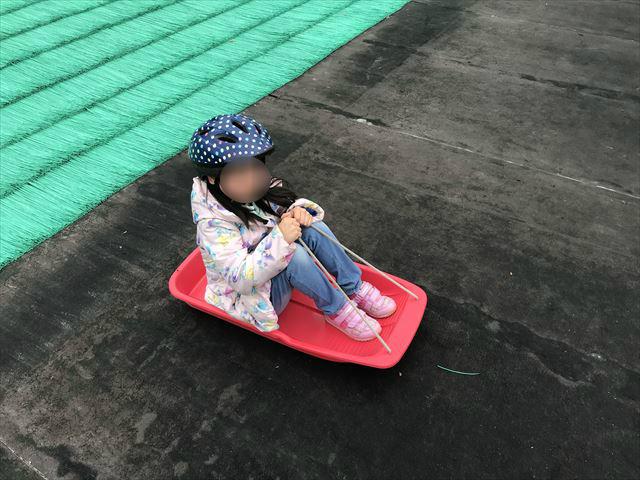竹取公園の「ちびっ子ゲレンデ」で借りたソリとヘルメットの様子