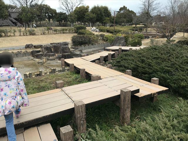 竹取公園の「古代住居広場」に向かう橋