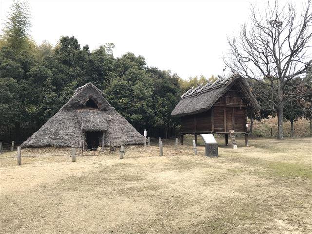 竹取公園の「古代住居広場」の竪穴式住居と高床式倉庫