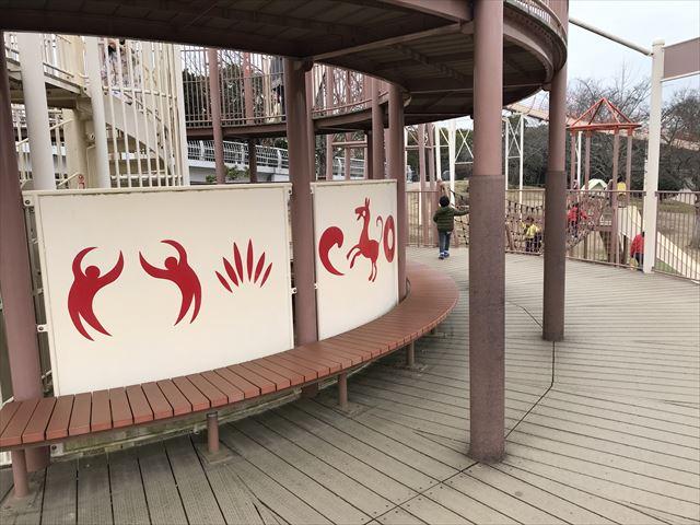 「馬見丘陵公園」大型遊具2階のベンチ
