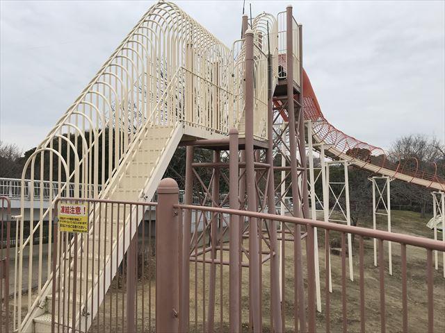 「馬見丘陵公園」大型遊具3階からローラー滑り台に繋がっている