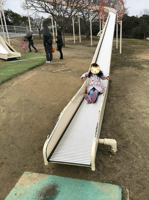 「馬見丘陵公園」大型遊具ローラー滑り台を滑る娘