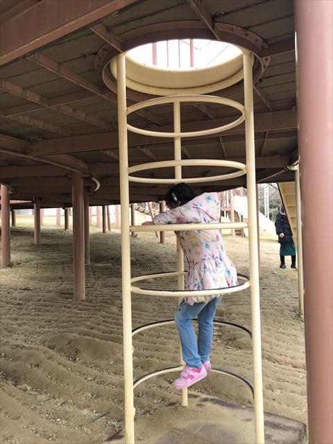「馬見丘陵公園」大型遊具の2階に上る階段