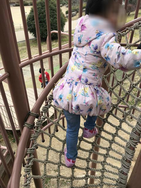 「馬見丘陵公園」大型遊具3階へ繋がる網状の階段