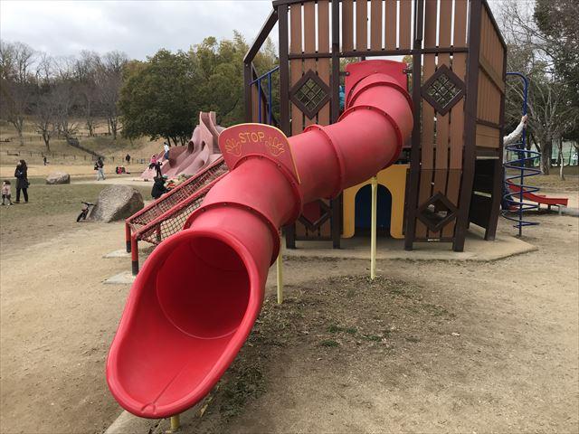 「大渕池公園・東地区」船の形をした遊具。チューブ滑り台