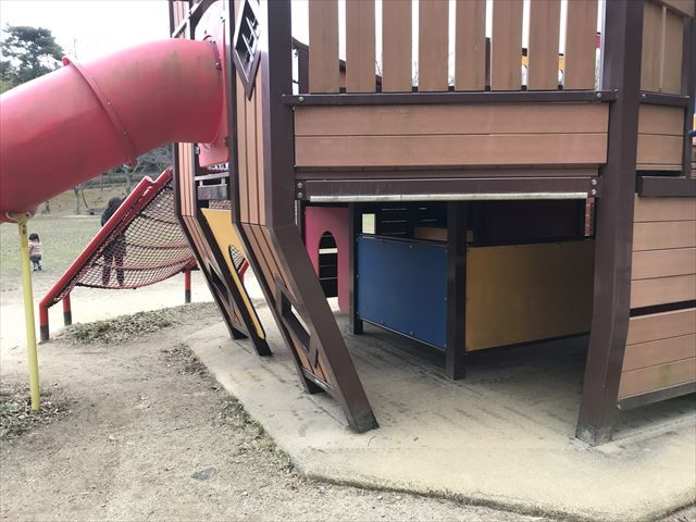 「大渕池公園・東地区」船の形をした遊具。下段の様子