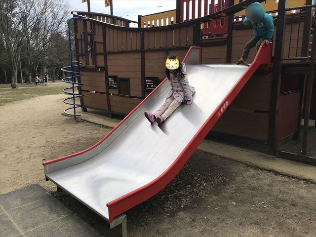 「大渕池公園・東地区」船の形をした遊具。幅の広い滑り台