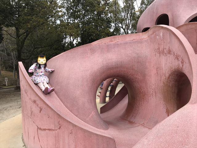 「大渕池公園・東地区」タコの形をした遊具。滑り台の様子