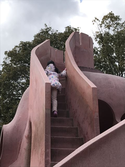 「大渕池公園・東地区」タコの形をした遊具。頂上に上る様子