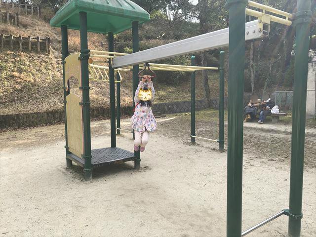 大渕池公園西地区の複合遊具、雲梯で遊ぶ娘