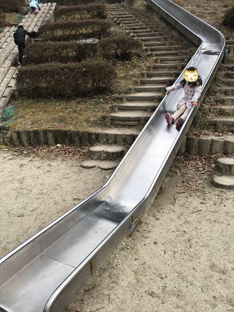 大渕池公園西地区のロング滑り台で遊ぶ娘
